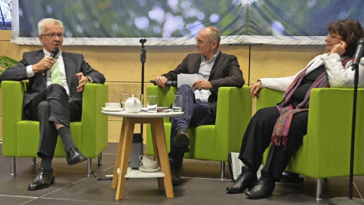 Winfried Kretschmann (links) im Gesprä... Bärbl Mielich und Moderator Dirk Kron  | Foto: Barbara Schmidt