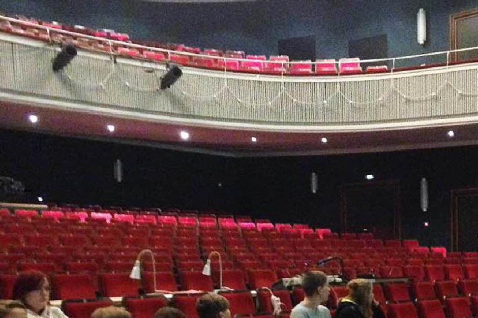 Zu Beginn der Führung mussten die Schülerinnen und Schüler raten, wie viele Lämpchen im Zuschauerraum und auf der Bühne leuchten. Die Lösung: Es sind um die 400. (Foto: Stephanie Streif)