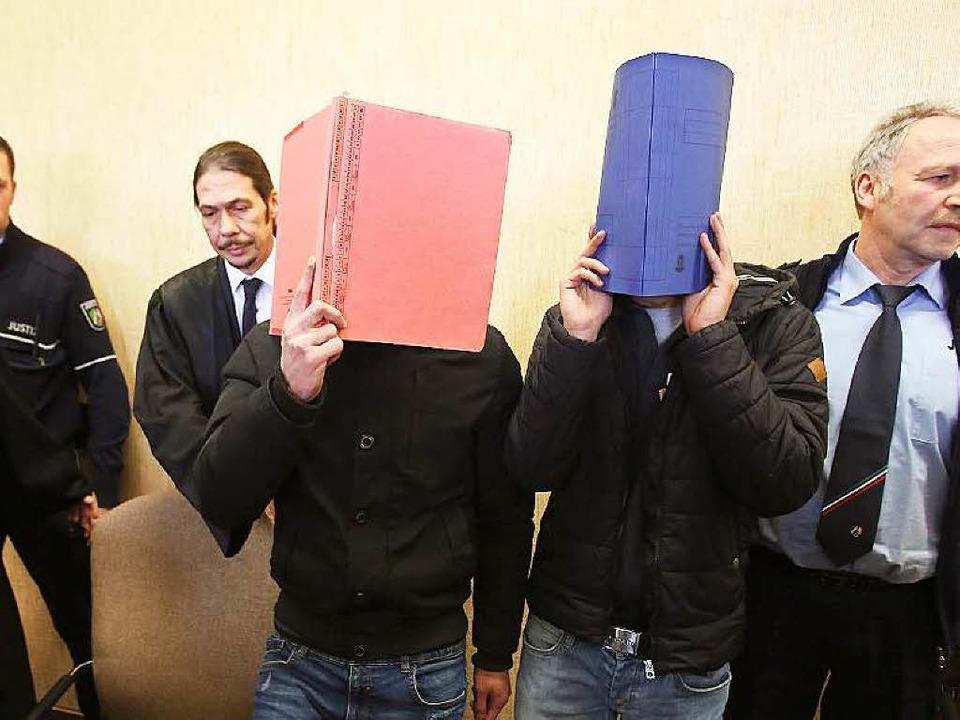 Zwei der  verurteilten Nordafrikaner mit Anwalt Florian Storz     Foto: DPA