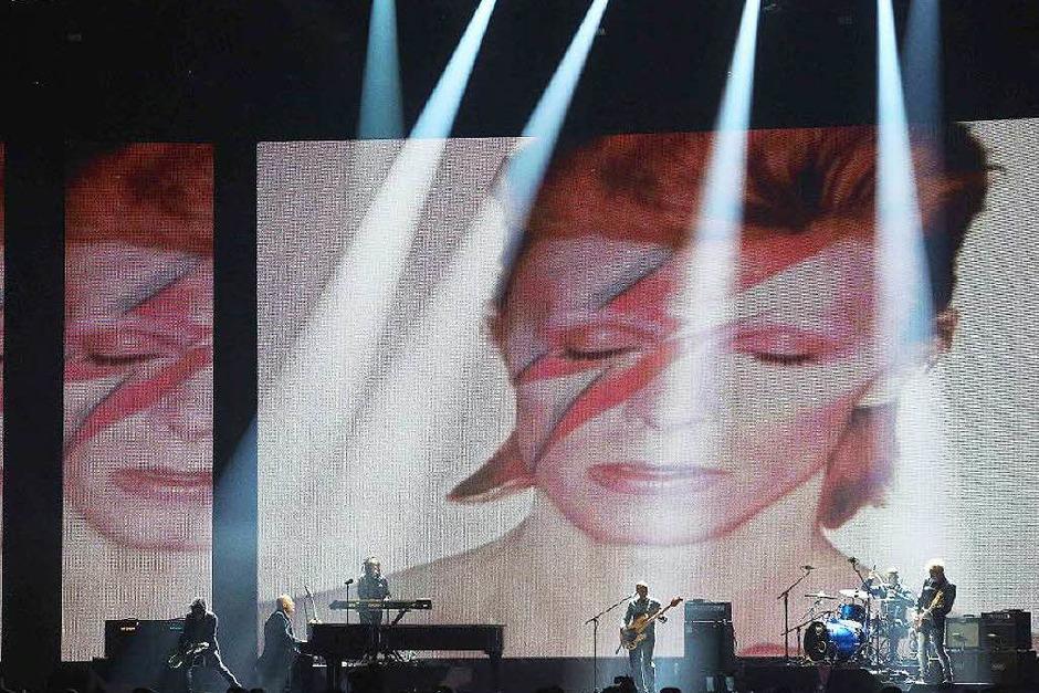 Mitglieder der Band von Sänger David Bowie erinnern an den verstorbenen Künstler. (Foto: AFP)