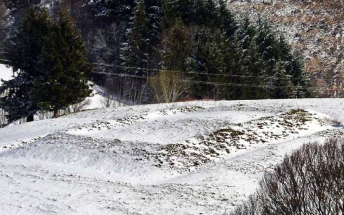 Gut erkennbare Umrisse: die Viereckschanze  | Foto: Sattelberger
