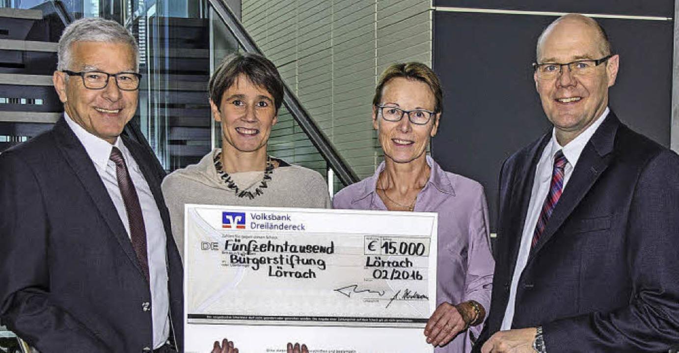 Strahlende Gesichter (von links): Günt...ann,  Vorstandsmitglied der Volksbank   | Foto: zVg