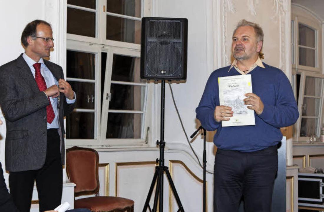 Andreas Haasis-Berner (links) und Bert...enisch stellen das Stadtkataster vor.   | Foto: Fotos: Gabriele Zahn