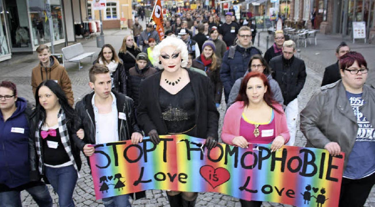 Rund 150 Frauen und Männer zogen am Samstag durch die Innenstadt.   | Foto: Julia trauden