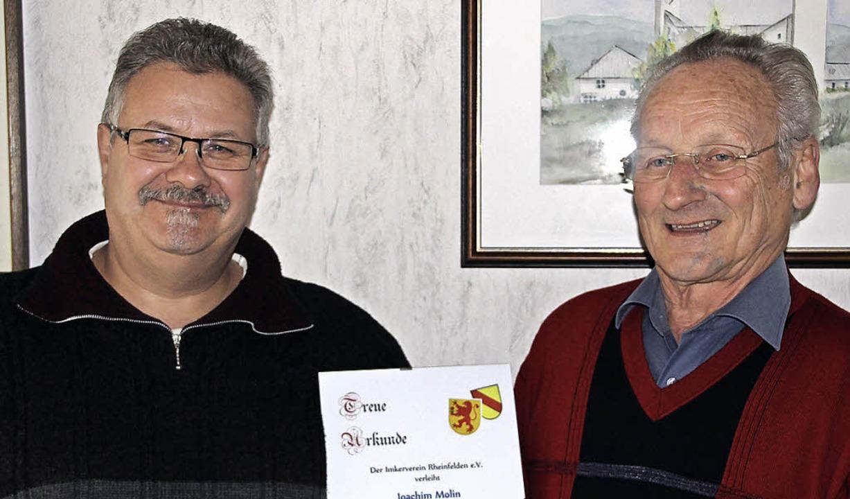 Vorsitzender Joachim Weber (links) ehr...ge  Treue zum Imkerverein Rheinfelden.  | Foto: Imkerverein