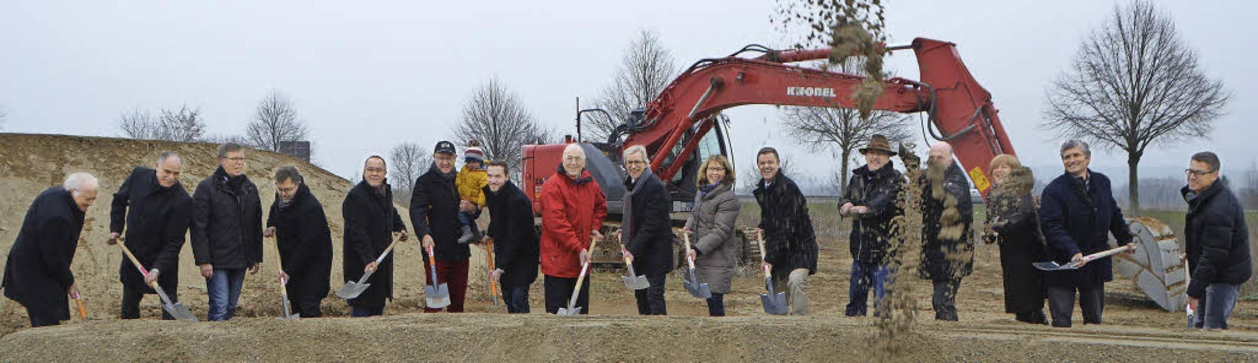 Der Bürgermeister, Mitglieder des Geme... das Baugebiet Kurgarten II entstehen.  | Foto: Nikola Vogt