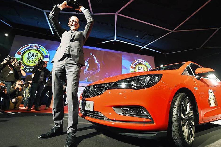 Opel-Chef Karl-Thomas Neumann ist stolz auf die Trophäe Car of the Year, die 58 europäische Journalisten dem  Opel Astra am Vorabend des Genfer Salons verliehen. (Foto: dpa)