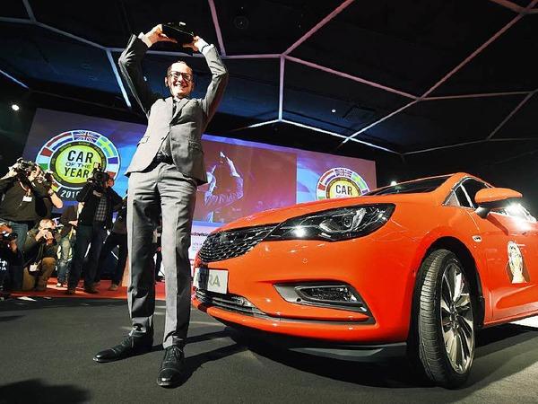 Opel-Chef Karl-Thomas Neumann ist stolz auf die Trophäe Car of the Year, die 58 europäische Journalisten dem  Opel Astra am Vorabend des Genfer Salons verliehen.