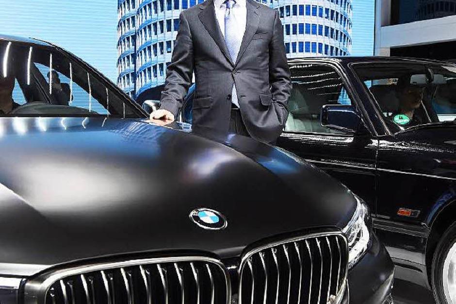 Harald Krüger, Vorstandsvorsitzender von BMW, mit dem 760 Li (Foto: dpa)