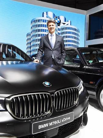 Harald Krüger, Vorstandsvorsitzender von BMW, mit dem 760 Li