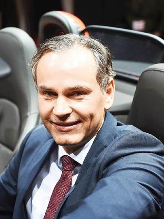 Der neue Porsche-Chef Oliver Blume sitzt im neuen Boxster S.