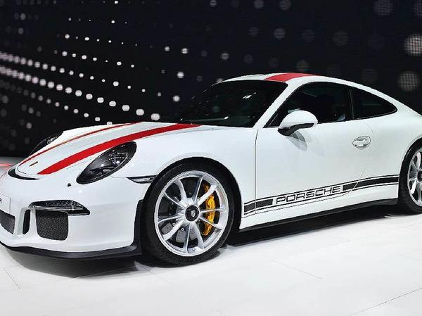 Der 911R ist mit 1370 Kilogramm das Leichtgewicht der 11er Baureihe von Porsche. Klimaanlage und Rückbank gibt es nicht, dafür 500 PS.