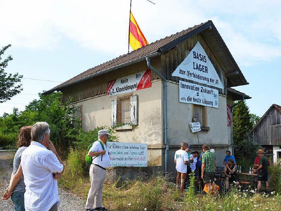 Das Basislager des Bahnwiderstands wil...nspielungen auf Stuttgart 21 und Wyhl.  | Foto: sigrid umiger