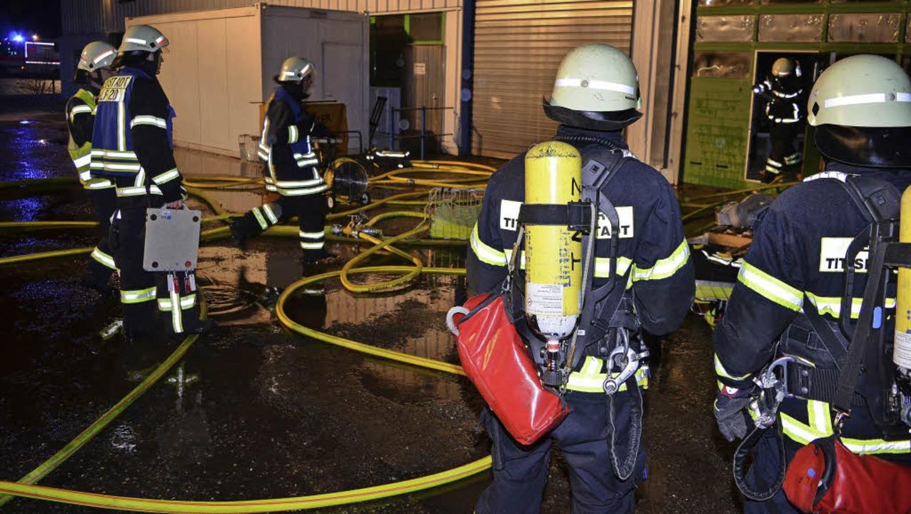 Mit Atemschutz drangen  die Wehrleute in die brennende Produktionshalle vor.   | Foto: Kamera 24