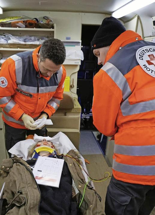 Im Fahrzeug der neuen Rettungseinheit werden die Verletzten erstversorgt.  | Foto: Julius Wilhelm Steckmeister
