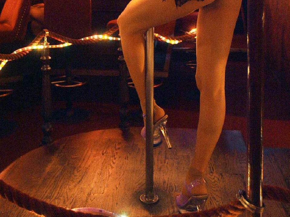 In einer Tabledance-Bar tanzt eine jun... St. Pauli (Archivbild vom 28.03.2006)  | Foto: dpa
