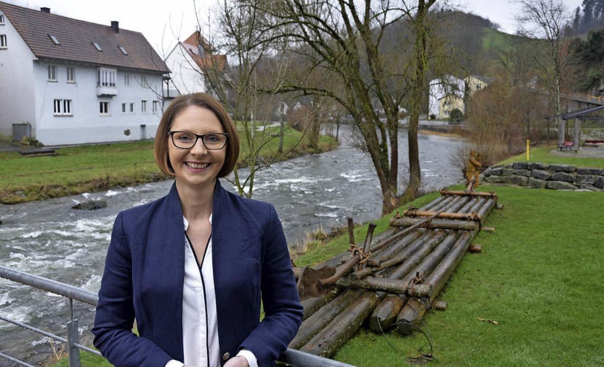 Sandra Boser im Flößerkaffee in ihrem ...ort Wolfach mit Blick auf die Kinzig.   | Foto: Christian Kramberg