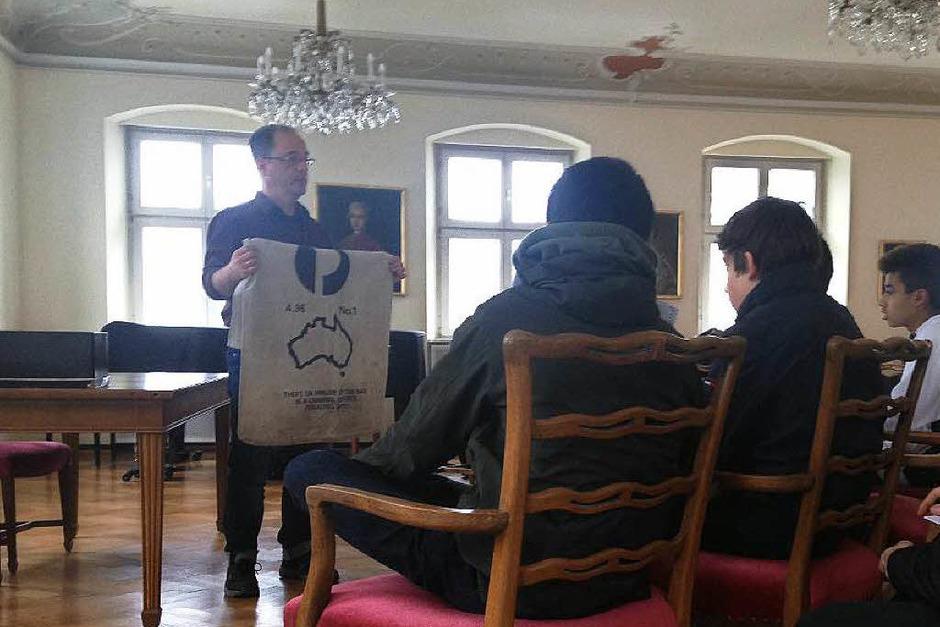 Gerhard Seitz, Mitarbeiter des Tagebucharchivs, erklärt den Freiburger Schülern, wie die Tagebücher ins Archiv kommen – manchmal sogar per Post aus Australien. (Foto: Stephanie Streif)