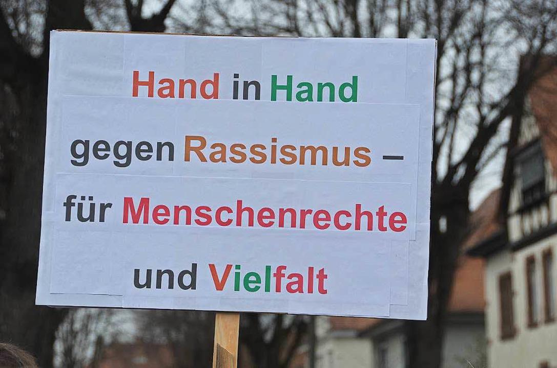 Die Demonstranten untermauern ihre Anliegen mit Plakaten  | Foto: Gerold Zink