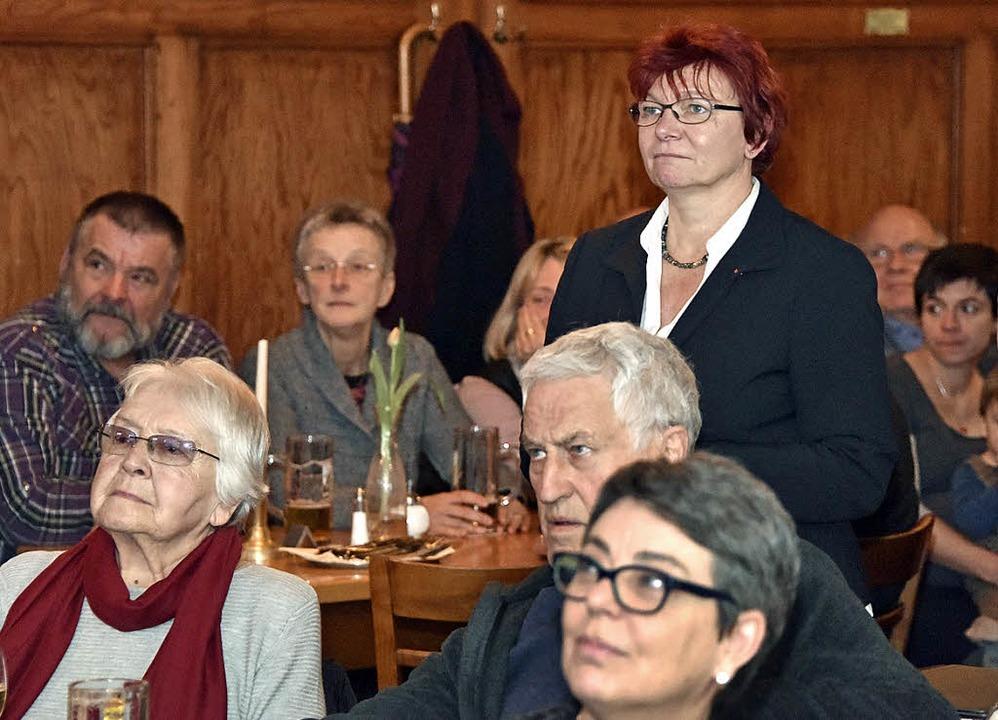 Enttäuscht: SPD-Kandidatin Gabi Rolland (stehend)  | Foto: Michael Bamberger
