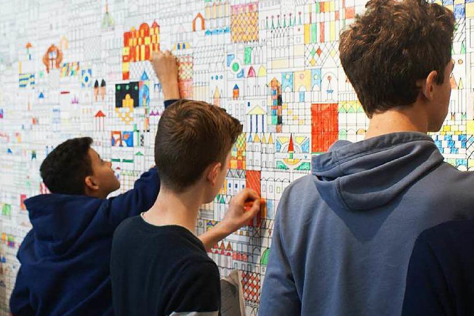 Hier verewigen sich die Goethe-Schüler auf einer Wand im Foyer des Museums. (Foto: Stephanie Streif)