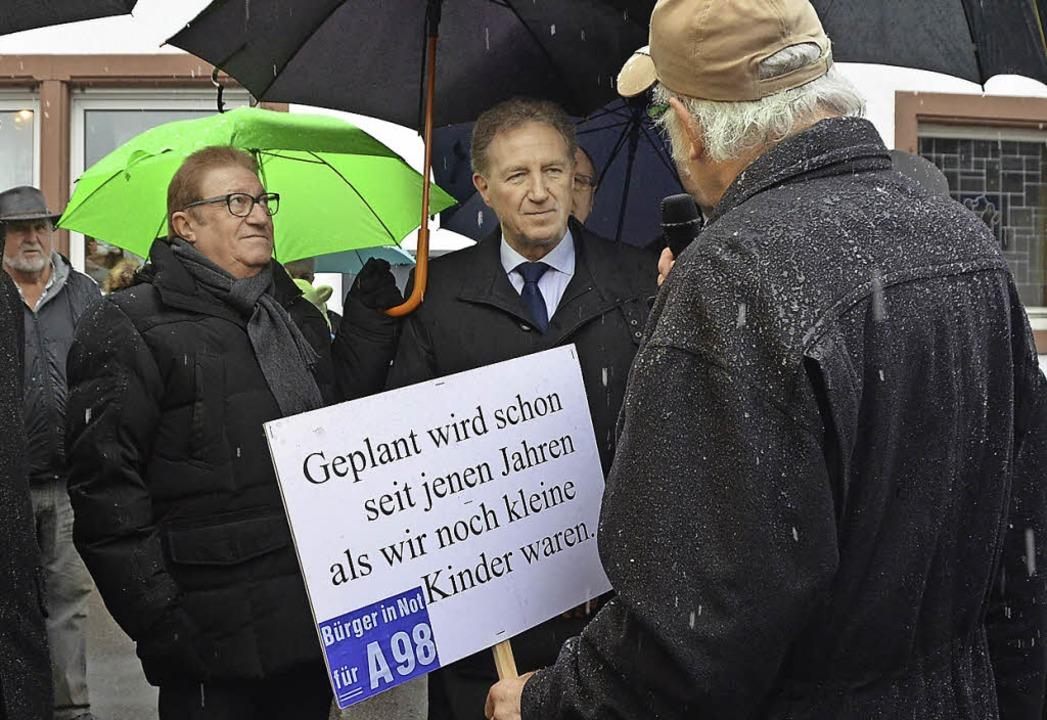 Staatssekretär Norbert Barthle (Mitte)... BI-Sprecher Klaus Renkawitz (rechts)   | Foto: Ingrid Böhm-Jacob