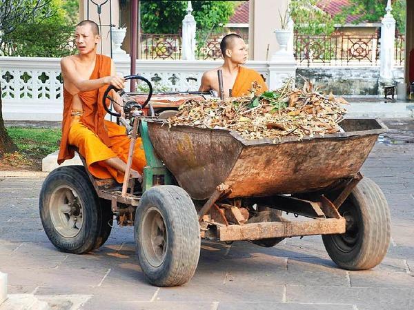 Mönche bei der Klosterreinigung
