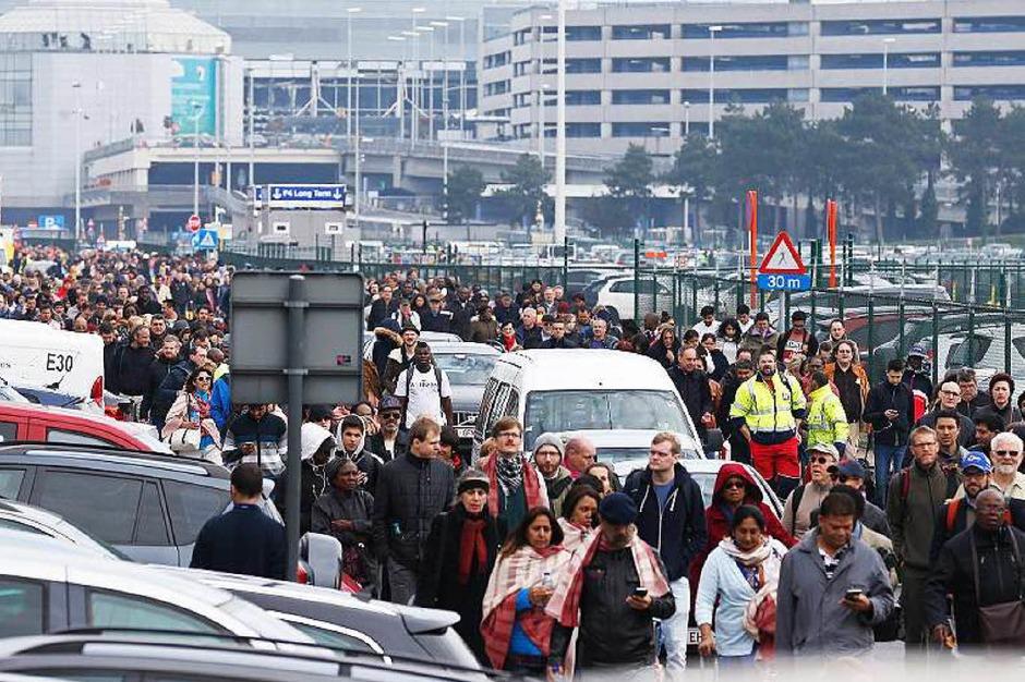 Reisende verlassen den Flughafen. (Foto: dpa)