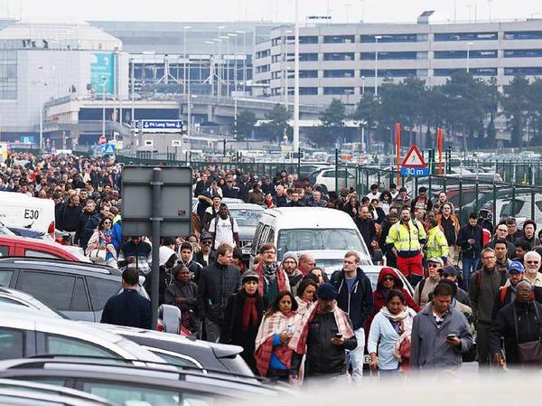 Reisende verlassen den Flughafen.