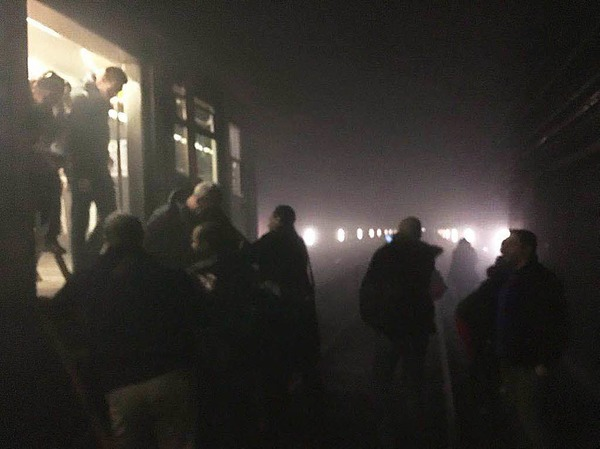 Reisende verlassen die U-Bahn.
