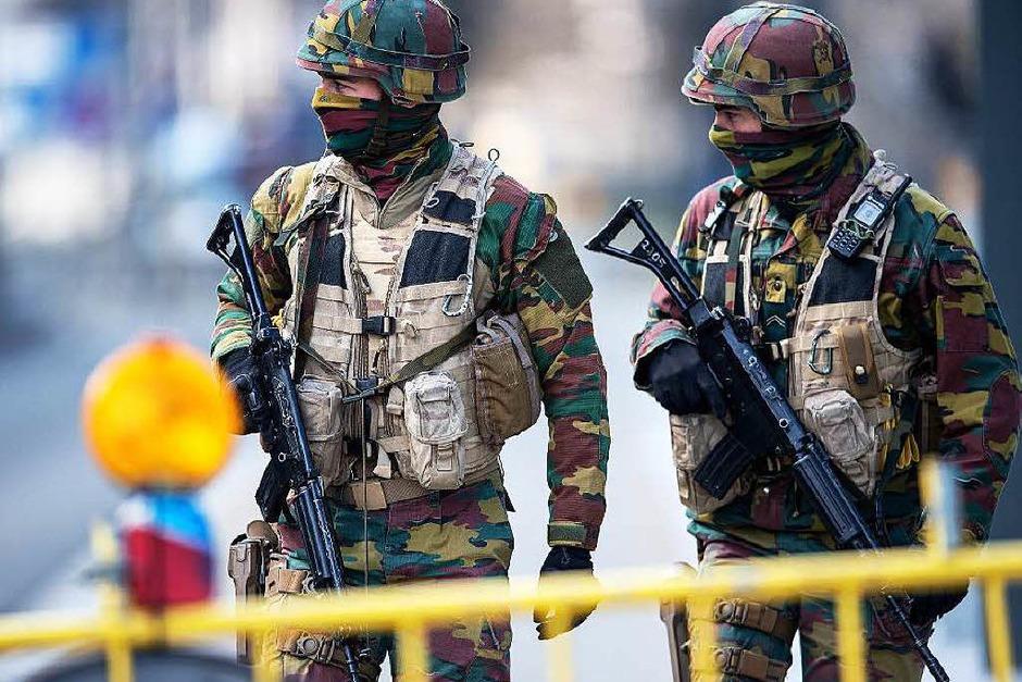 Sicherheitskräfte sperren Straßen in Brüssel ab. (Foto: dpa)
