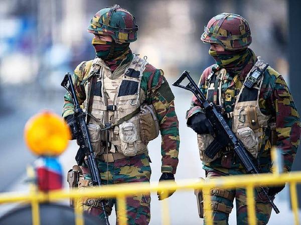 Sicherheitskräfte sperren Straßen in Brüssel ab.