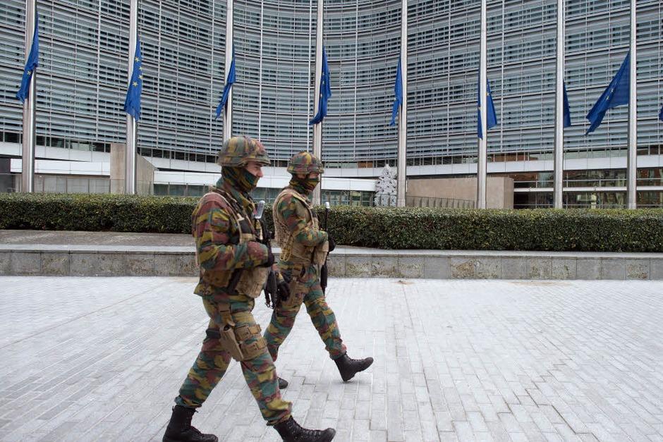 Sicherheitskräften patrouillieren vor dem Gebäude der Europäischen Kommission. (Foto: dpa)