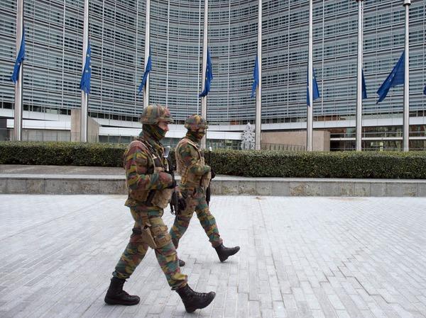 Sicherheitskräften patrouillieren vor dem Gebäude der Europäischen Kommission.