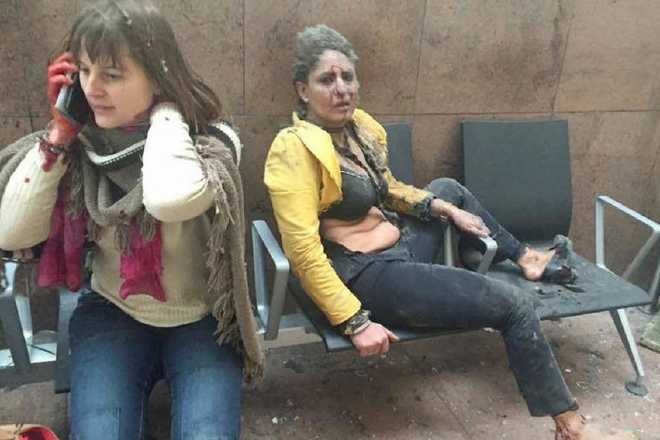 Zwei verletzte Frauen im Flughafen von Brüssel (Foto: AFP)
