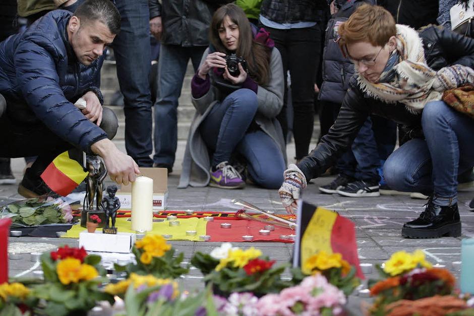 Menschen trauer am Beursplein in Brüssel. (Foto: AFP)