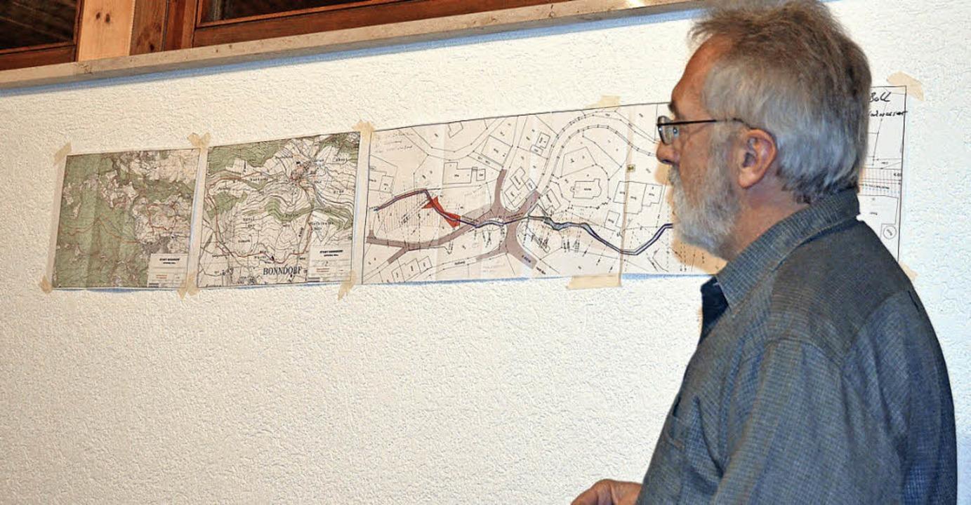 Werner Steiert erläuterte die Baumaßna...Überschwemmungen in Boll zu vermeiden.  | Foto: Juliane Kühnemund