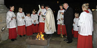 Osternacht im Dom bei Kerzenschein