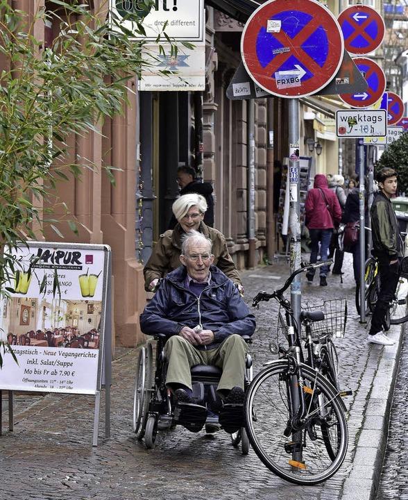 Links der Werbereiter, rechts das Rad ...sehr schmal für einen Rollstuhlfahrer.    Foto: Thomas Kunz