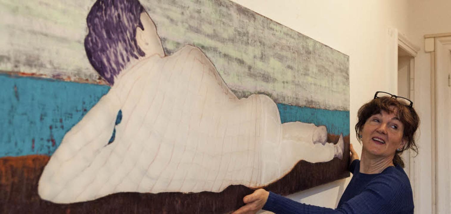 Künstlerin Sue Hayward beim Aufbau ihrer Ausstellung.   | Foto: Gabriele Zahn