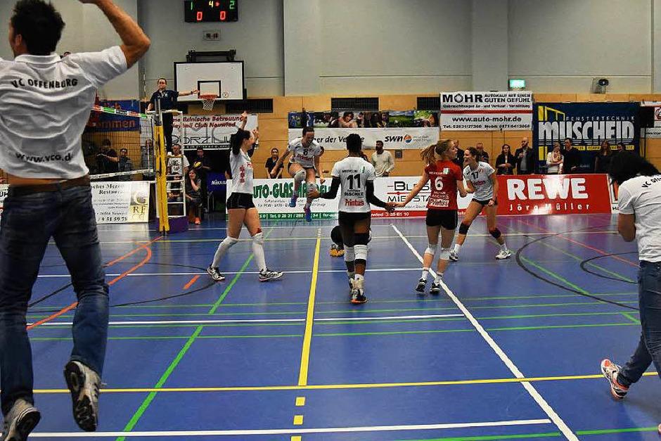 Der Moment der Entscheidung. Manager Florian Scheuer hebt ab (links), seine Frau und Trainerin Tanja Scheuer (rechts) kann ihr Glück kaum fassen. (Foto: Sebastian Köhli)