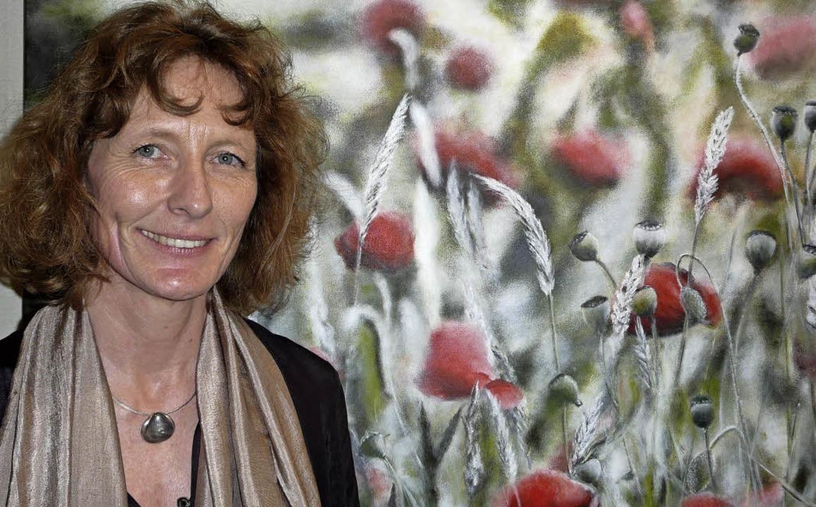 Simone Valenzuela vor ihrem Bild &#822...hnblütendarstellungen der Künstlerin.   | Foto: Annette Preuss