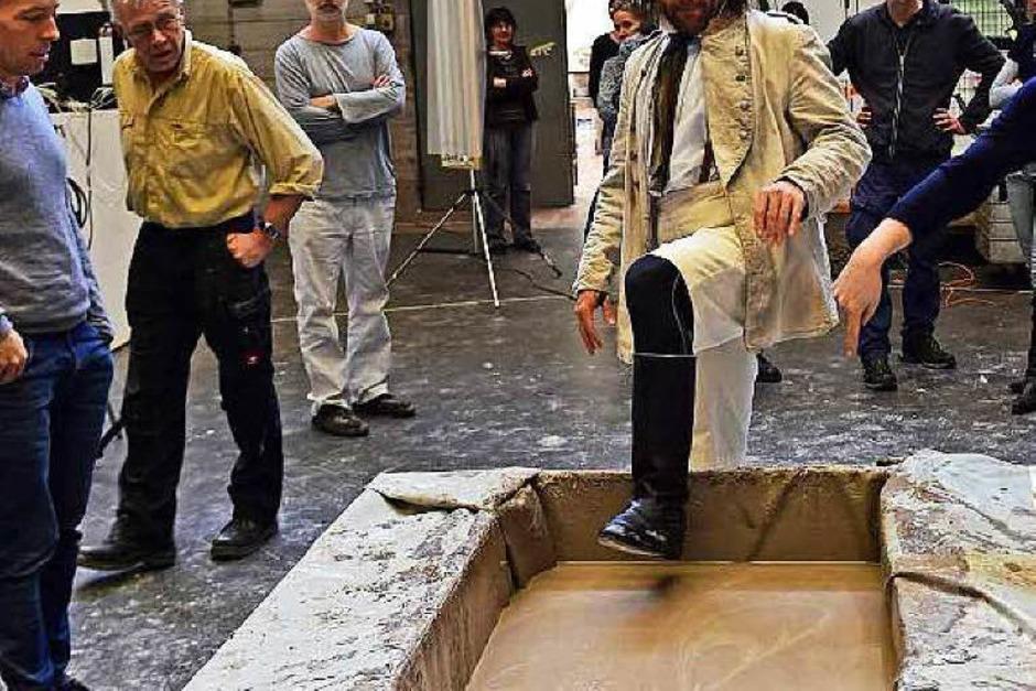 """Der allererste Schritt in den Schlamm: Xavier Sabata bei Proben zu """"Kaspar Hauser"""". (Foto: Maurice Korbel)"""