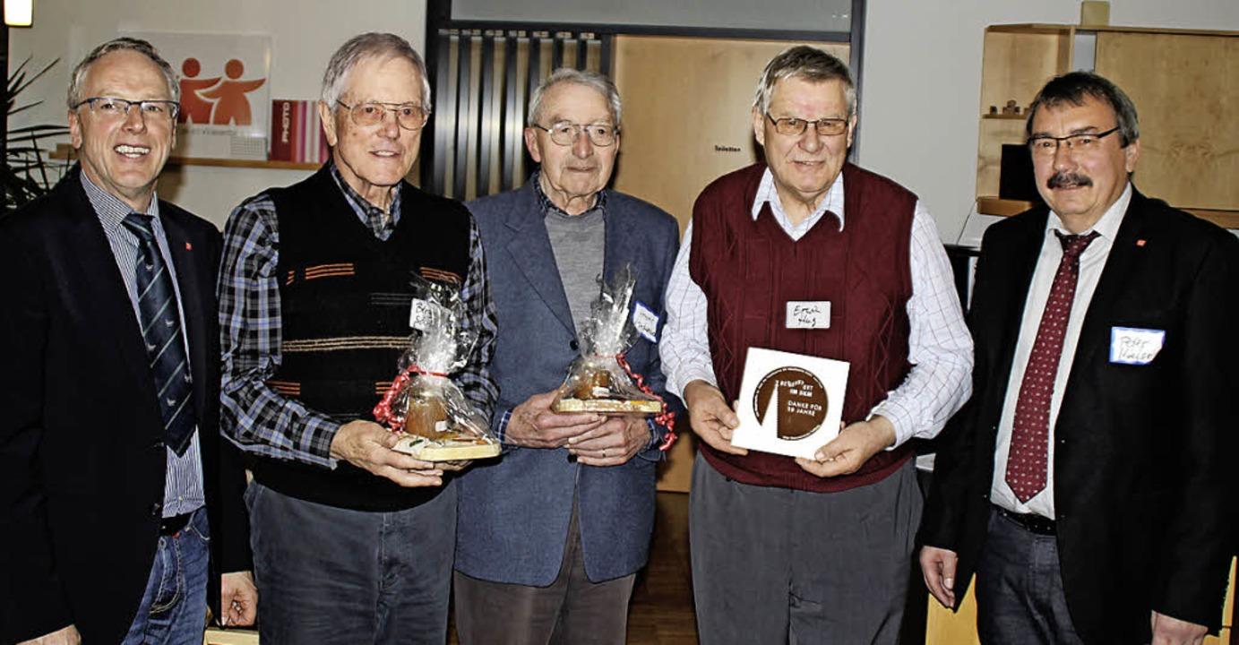 Geschäftsführer Andreas Haug (links) u... langjährige ehrenamtliche Tätigkeit.     Foto: R. Reissmann
