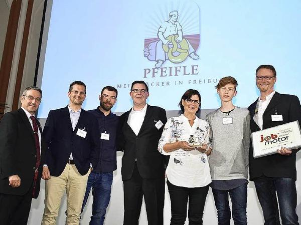 Verleihung des Jobmotor 2015: Vertreter der  Bäckerei Pfeifle Freiburg (Preisträger) und Laudator Johannes Ullrich  (li., Präsident der Handwerkskammer Freiburg).