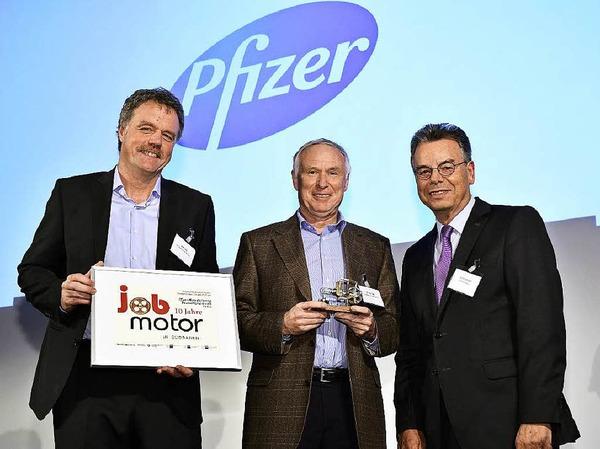 Verleihung des Jobmotor 2015 : (von links) Preisträger Uwe Lürig und Axel Glatz  von Pfizer Freiburg und Laudator Kurt Grieshaber (Ehrenpräsident IHK Hochrhein-Bodensee).