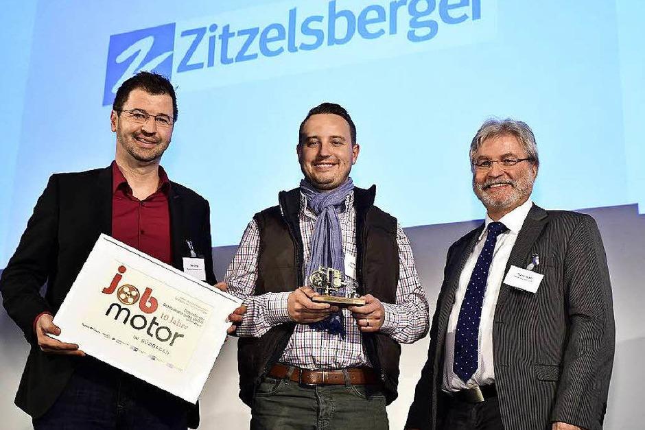 Verleihung des Jobmotor 2015  (von links): Preisträger  Oliver Strobel, Preisträger Stefan Zitzelsberger (beide  Zitzelsberger Gebäudereinigung in EM-Kollmarsreute)  und Laudator Thomas Hauser (BZ-Chefredakteur) (Foto: Thomas Kunz)