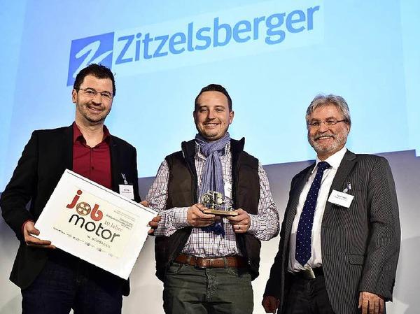 Verleihung des Jobmotor 2015  (von links): Preisträger  Oliver Strobel, Preisträger Stefan Zitzelsberger (beide  Zitzelsberger Gebäudereinigung in EM-Kollmarsreute)  und Laudator Thomas Hauser (BZ-Chefredakteur)