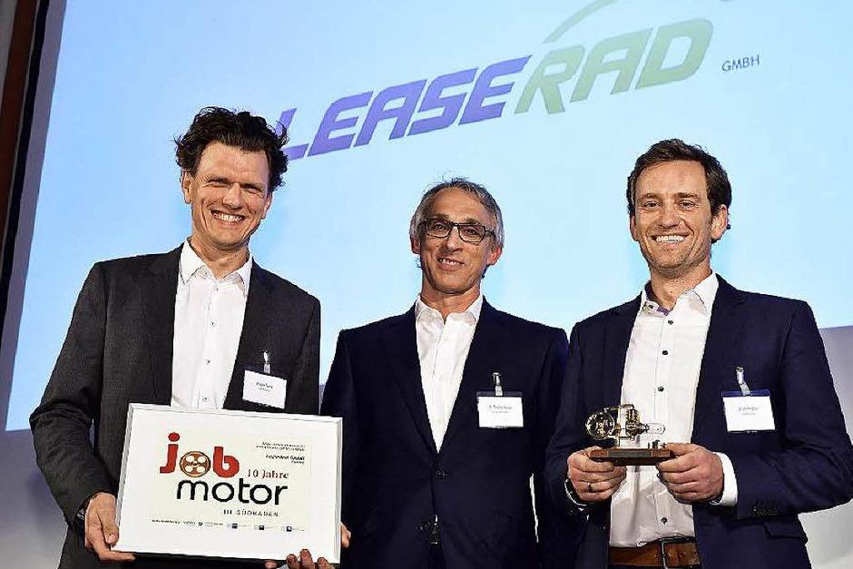 Verleihung des Jobmotor 2015 (von links): Preisträger  Holger Tumat von Leaserad,  Laudator Thomas Kaiser, stellvertretender Präsident der IHK Südlicher Oberrhein) und Ulrich Prediger von Leaserad (Foto: Thomas Kunz)