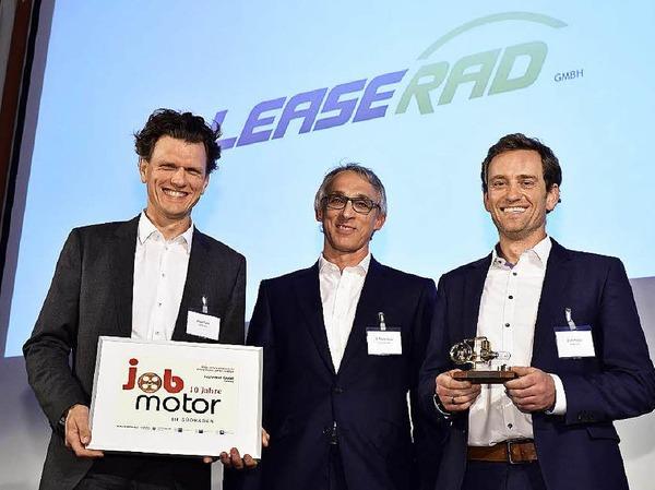 Verleihung des Jobmotor 2015 (von links): Preisträger  Holger Tumat von Leaserad,  Laudator Thomas Kaiser, stellvertretender Präsident der IHK Südlicher Oberrhein) und Ulrich Prediger von Leaserad